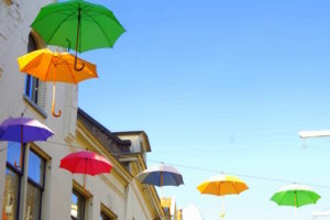 opgehangen parapluutjes met elkaar verbonden